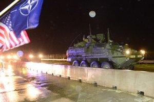 Príslušníci 2. jazdeckého pluku americkej armády sa s technikou presúvajú na cvičenie s názvom Brave Warrior (Odvážny bojovník) do Maďarska cez hraničný priechod medzi Slovenskou a Českou republikou v Brodskom.