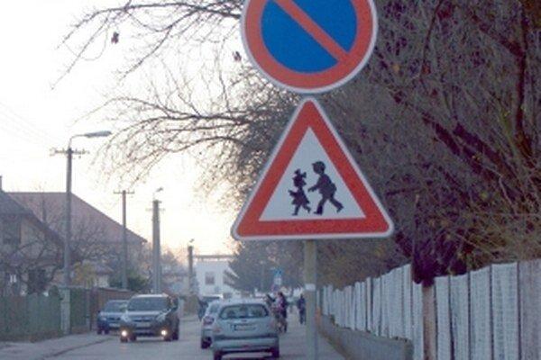 Súčasný zákaz stánia zastavenie vozidiel umožňuje.