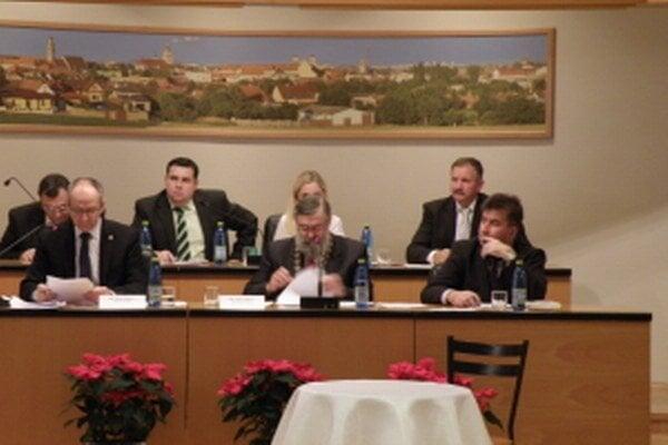 Z ustanovujúceho zastupiteľstva v Skalici, dolu zľava: Anton Bobrík, prednosta MsÚ, Jozef Barát, nový primátor a Peter Pagáč, nový viceprimátor Skalice.