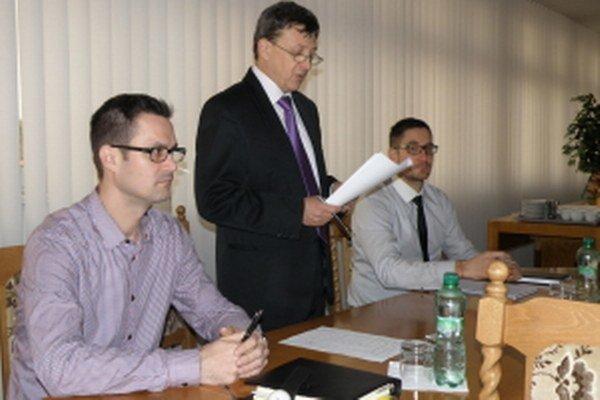 Zľava: Bývalý I. viceprimátor Senice Martin Lidaj, primátor Branislav Grimm a bývalý II. viceprimátor Ján Hurban.