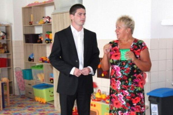 Juraj Říha pri otváraní novej škôlky.