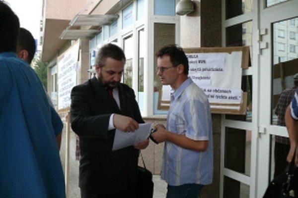 Senický aktivista Pavol Kalman (vpravo) dlhodobo kritizuje hospodárenie samosprávy. Počas protestu proti predaju senických akcií BVS mestu Skalica.