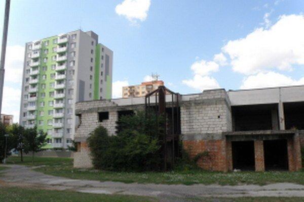 Budova SYDA chátra.