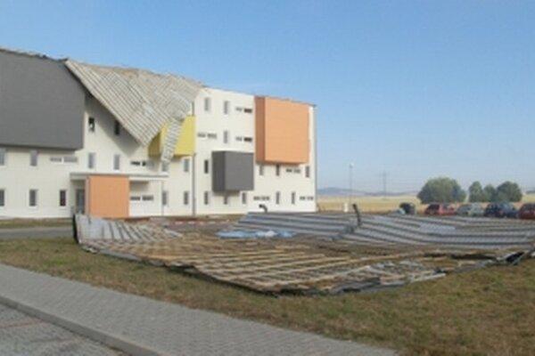 Veterná smršť strhla strechu na bytovke v Sotinej.
