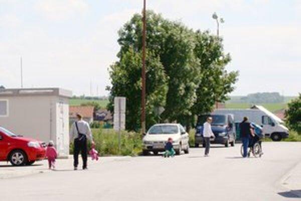 Obyvatelia sídliska Sotina v Senici Musia chodiť čiastočne aj po ceste.