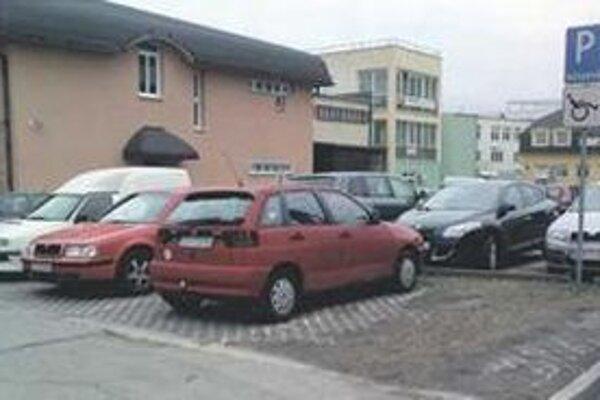 Senica plánuje pridať aj spoplatniť parkoviská.