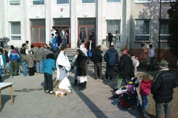 V Kultúrnom dome v Radošovciach prišlo k vážnemu incidentu. Dobodaní sú štyria muži.