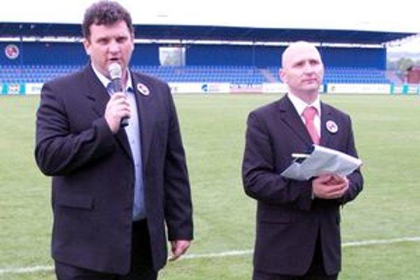 Prítomných privítali prezident FK Senica Viktor Blažek (vľavo) a hovorca klubu Marek Svátek.