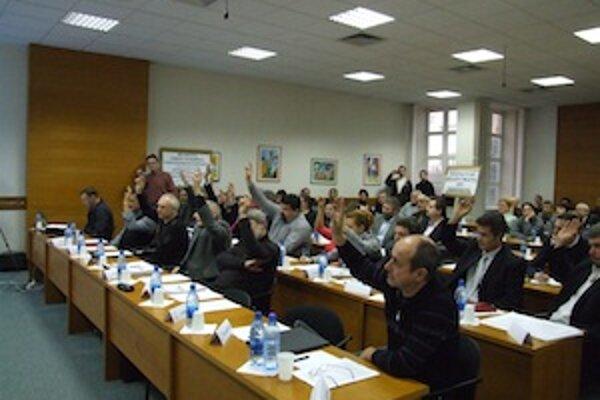 Poslanci MsZ v Senici počas hlasovania o akciách BVS.