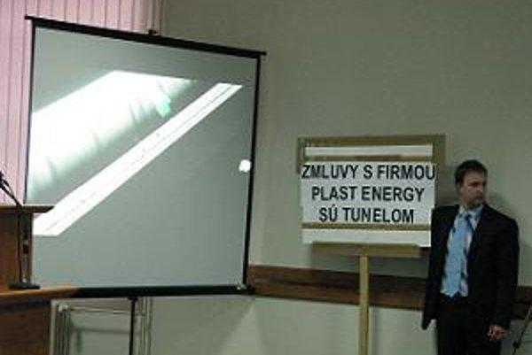 Počas prezentácie investora stál vedľa projekcie aktivista s transparentom.