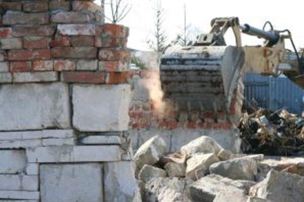 Mechanizmy zbúrali čiernu stavbu v stredu ráno.
