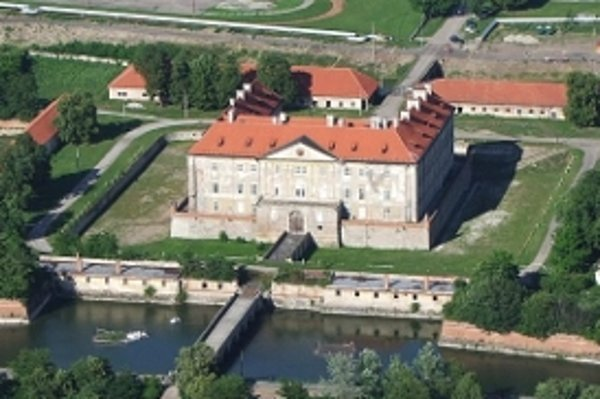 Okolie Holíčskeho zámku po rekonštrukcii v roku 2009.