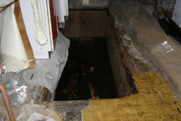 Ženu našli v tejto jame.