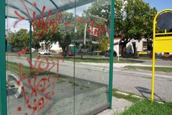 Autobusové zastávky v Skalici ničia vandali.