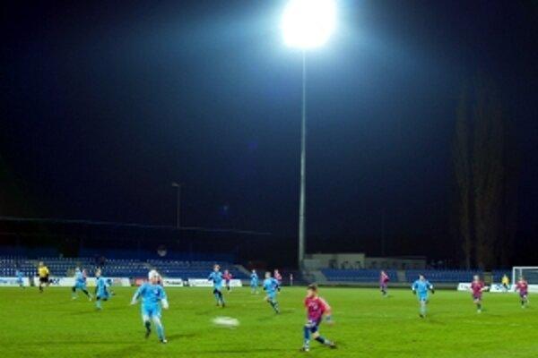 V Senici si už dlhšie diváci zvykajú aj na zápasy pod umelým osvetlením.