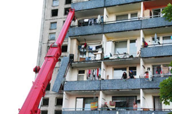 Konštrukciu museli z balkóna skladať žeriavom.