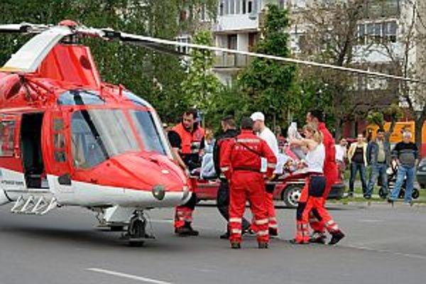 Na miesto letel vrtuľník. Muža odviezli na Kramáre.