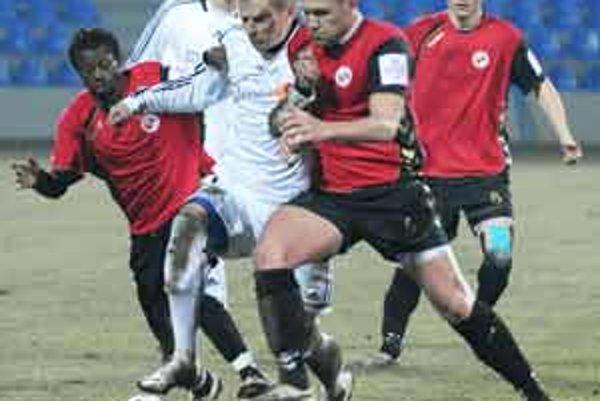 Celkom vľavo strelec dvoch gólov do siete Petržalky Victor Abdou Samb.