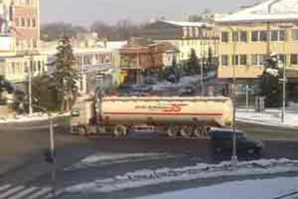 Kamióny jazdia v Senici priamo cez stred mesta.