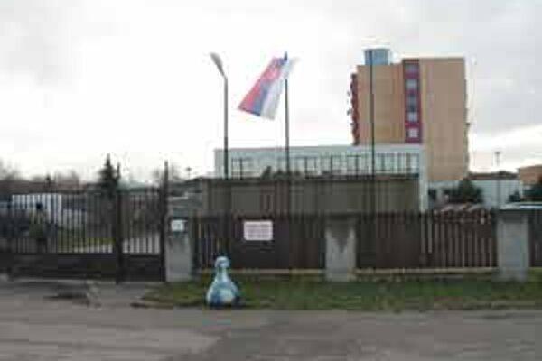 Budova je ministerstva zdravotníctva, pozemok patrí armáde.