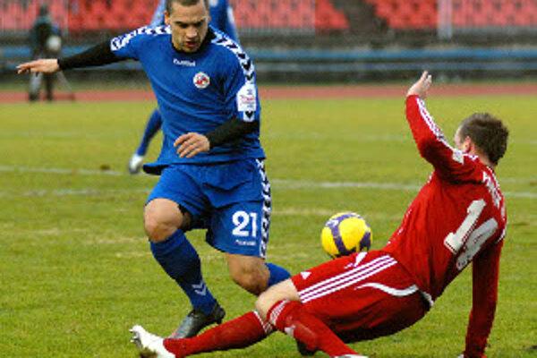 Juraj Piroska (v modrom) bol v jesennej časti oporou mužstva zo Záhoria.