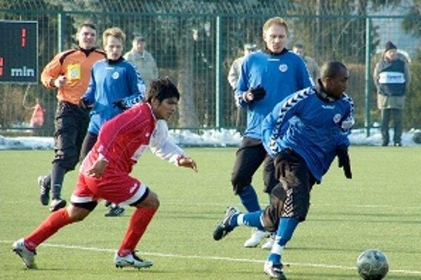 Zo zápasu Trenčín - Senica. S loptou hráč Senice Youssuf Kante, za ním v modrých dresom Ivan Belák (vľavo) a Milan Pavlovič.