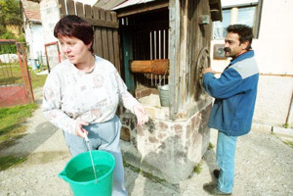 Ľudia v niektorých obciach na Záhorí aj dnes čerpajú vodu zo studne.
