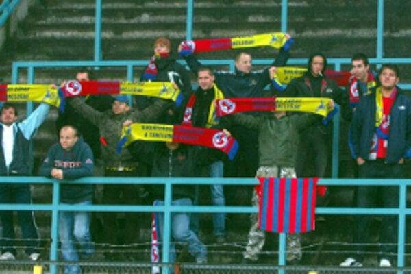 Senický Fan klub v hľadisku štadióna DAC Dun. Streda.