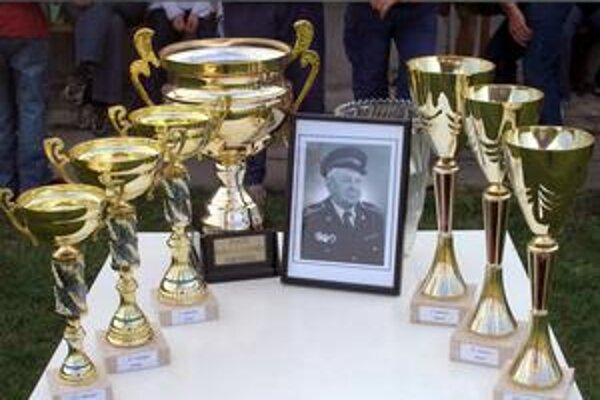 Fotografia Karola Jelínka má čestné miesto medzi trofejami, o ktoré hasiči súťažia.