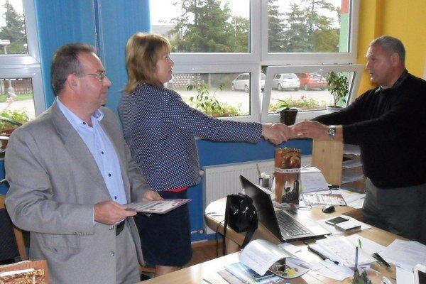 Zástupcovia Bethlenky poďakovali vedeniu stavebnej školy za spoluprácu.