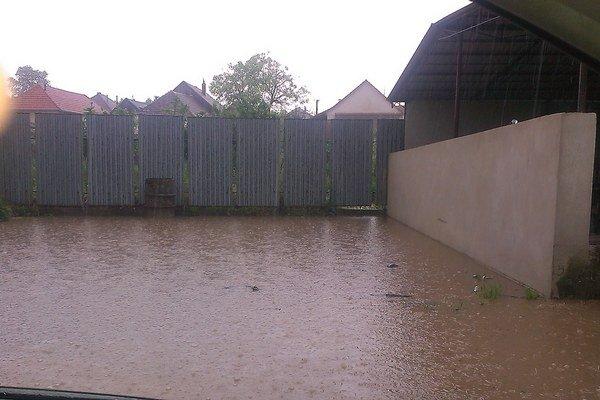 Voda ohrozovala domy.