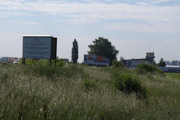 Tabuľa s ponukou priemyselného areálu na okraji mesta. Niekoľko rokov sa o ňom len hovorilo.