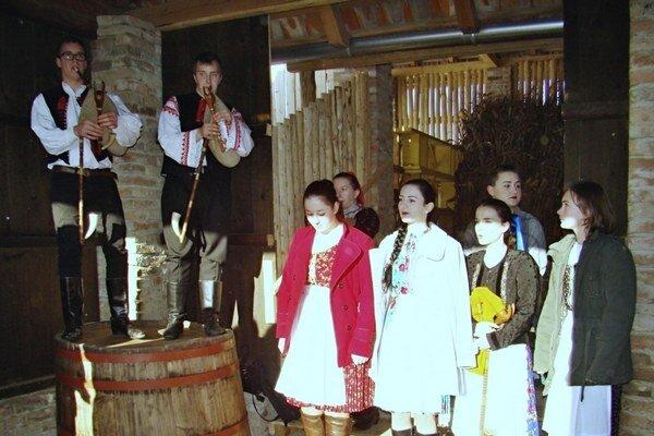 V ľudovom dome vo Veľkách Lovciach sa každoročne konajú fašiangové oslavy.