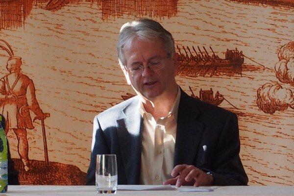 Primátor Komárna na jednejz tlačových konferencií.