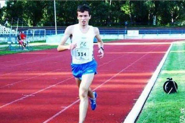 Tomáš Kubej zvíťazil na halových M -ZSL oblasti v behu na 3000 metrov.