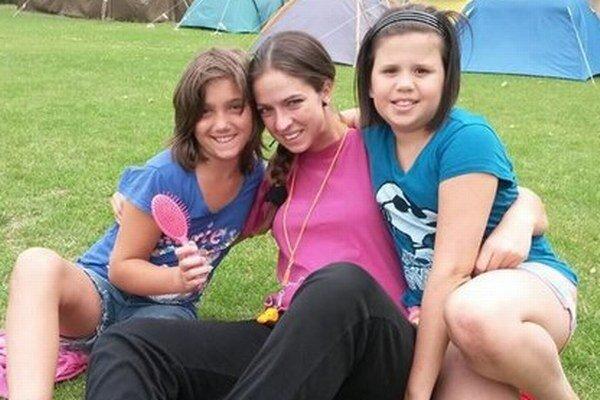 Klaudia Homolová (v strede) počas tábora mestskej polície pre deti.