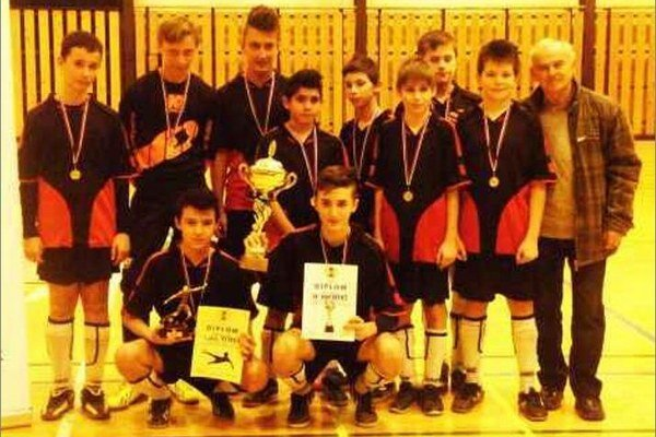 Víťazné družstvo FC Komjatice, ktoré vo finále zdolalo chlapcov z Dvorov nad Žitavou v pomere 4:0.