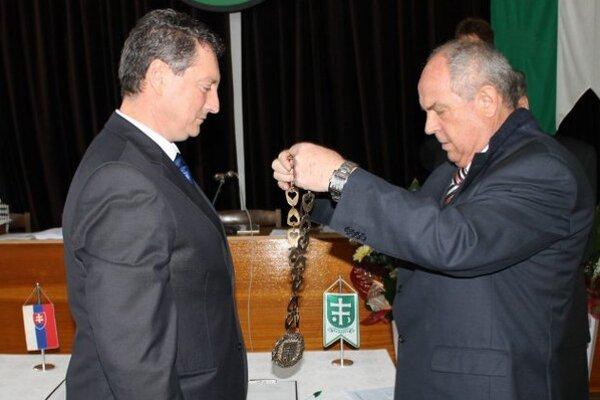 Primátor Imrich Várady (vpravo) už nekandidoval. Insígnie odovzdal novozvolenému primátorovi Marekovi Oremusovi.