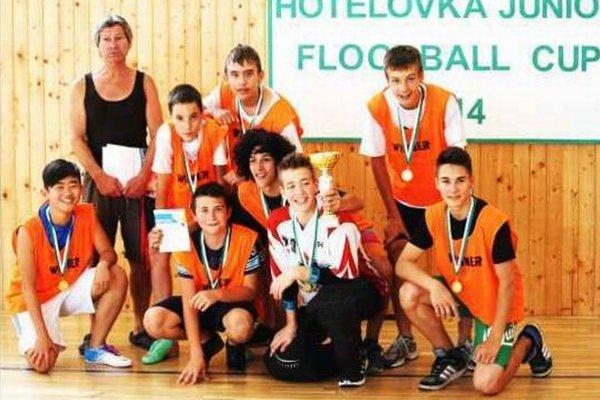 Víťazné družstvo florbalistov zo ZŠ G. Bethlena pod vedením svojho telocvikára Mariána Solnicu.