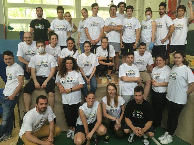 Viac ako 30 dobrovoľníkov čistí gymnastickú halu v bratislavskej Petržalke, aby 450 deti týždenne športovalo v zdravšom prostredí.