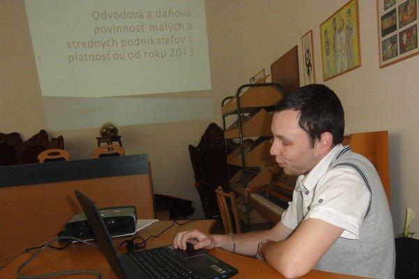 Gergely Kiss prezentuje svoju prácu.