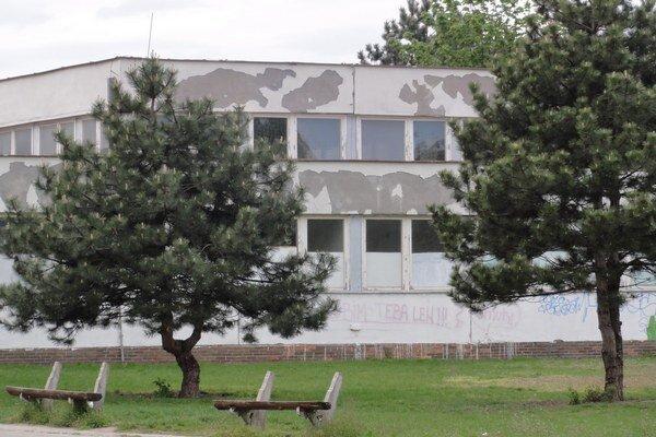 Objekt Základnej školy na Mostnej ulici v Nových Zámkoch.