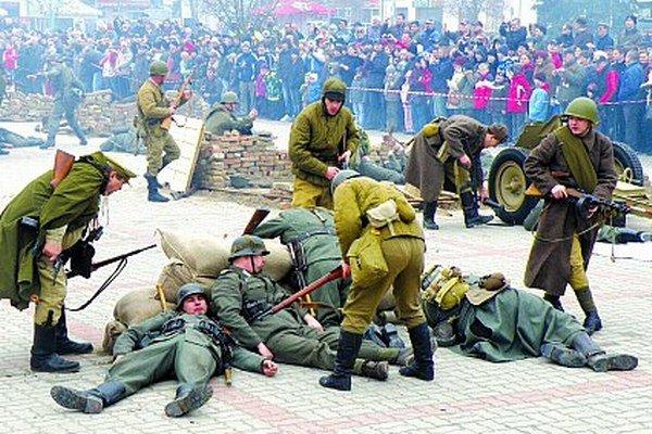 Improvizované oslobodzovacie boje zorganizovali na novozámockom námestí pred tromi rokmi.