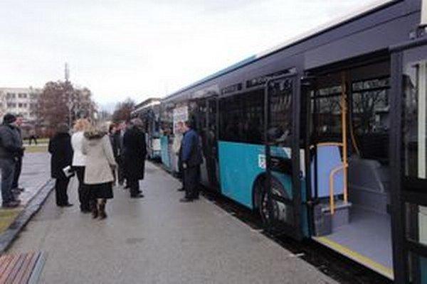 Odovzdávanie jedného z nových autobusov MHD v Nových Zámkoch.