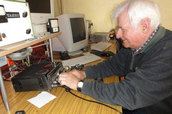 Martin Šuba na klubovom rádioamatérskom pracovisku.