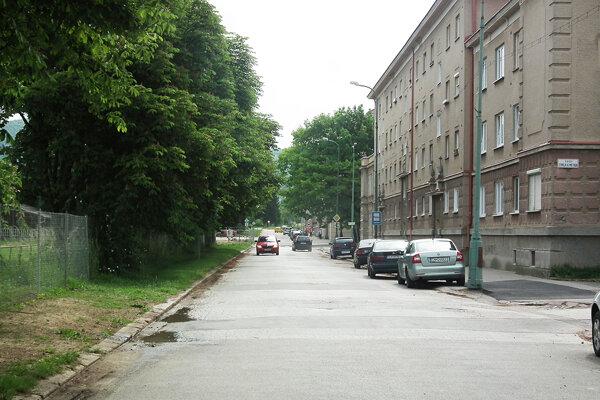 Pevný spomaľovač by mal pribudnúť aj na Jilemnického ulici pri materskej škole.