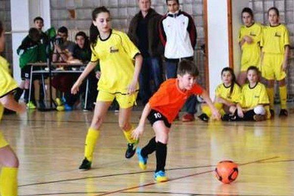 Zo zápasu FC Union (v žltom) proti Nesvadom.