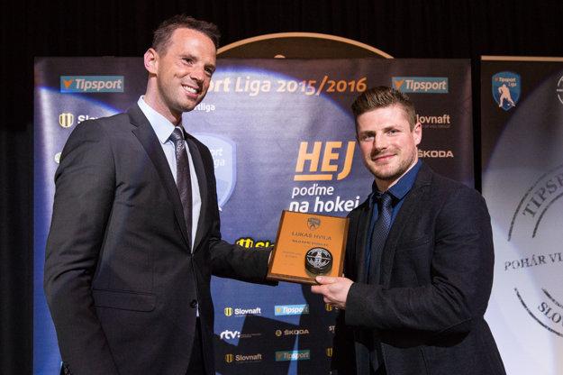 Lukáš Hvila (vpravo) si od šéfa Pro-Hokeja Richarda Lintnera (vľavo) preberá ocenenie pre najlepšieho strelca sezóny.