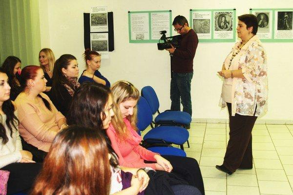 Podnikateľka medzi študentmi.