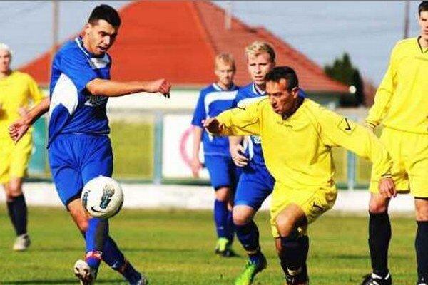 V zápase prvých dvoch celkov po jesennej časti dominovali v 12. kole Hurbanovčania (v modrom) v pomere 5:1.